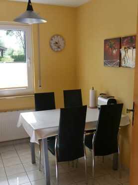 Am Tisch in der Küche finden 4 Personen ausreichend Platz.