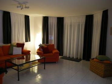 Großzügiges und komfortables Wohnzimmer, welches sich nach Wunsch auch verdunkeln lässt.