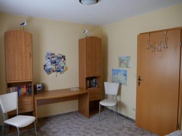 Im Schlafzimmer ist zusätzlich Platz in den Schränken für Ihre Bekleidung.