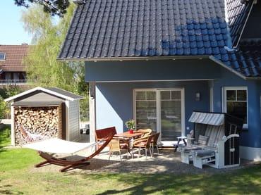 die schöne großzügige Terrasse mit angrenzender eigener Liegewiese