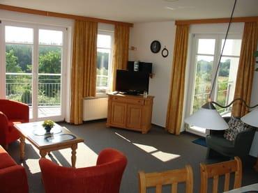 Wohnzimmer (28 qm) mit Balkon und Loggia