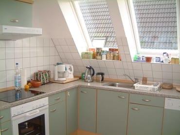 komplett eingerichtete Landhausküche mit Backofen, Ceranfeld, Kühl/Gefrierschrank, Geschirrspüler