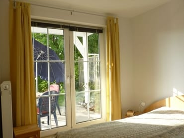 Schlafraum mit Terrasssenzugang, Doppelbetten 200x100, Stellplatz für Kinderbett