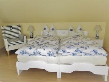 Wohn.- u. Schlafraum im maritimen Look, Doppelbetten mit herrlichen Daunenbetten und 7-Zonenkomfortmatratzen