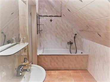 Badezimmer mit Badewanne und Fußbodenheizung