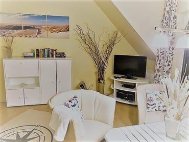 Wohnraum mit. großem Flachbild-TV u. Hifi-Anlage u. Zugang zum Balkon