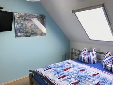 Schlafzimmer- Blick ..... mit TV, ein Kinderreisebett aufstellbar(vorhanden)