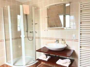 großzügiges Badezimmer mit Dusche u. Fußbodenheizung