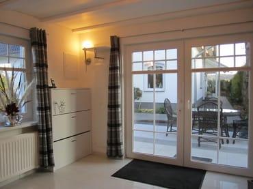 Eingangsbereich - elegante  Wohnküche im creme-weißen Farbton , mit weißer Hochglanz- Garderobe, mit Blick zur eigenenTerrasse, Fußbodenheizung