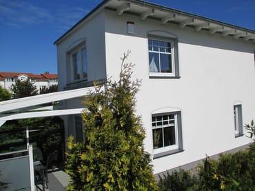 """Blick aus nächster Nähe  auf das Ferienhaus """"Lütt Muschel""""mit überdachter,verglaster Terrasse"""