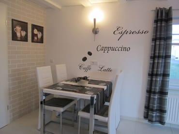 Wohnküche mit Eßecke  im creme-weißen Leder-Look, Fußbodenheizung