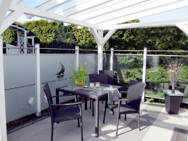 großzügige, verglaste(windgeschützt), sonnige Ost-Süd- Terrasse mit Morgen u. Abendsonne u. Terrassenmöbel u. Auflagenbox aus edlem Rattan