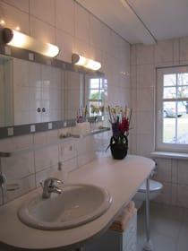 großzügiges Dusch-Bad im eleganten Weißton mit Fußbodenheizung, zusätzlich in der 1. Etage noch eine zweite Toilette mit Waschgelegenheit