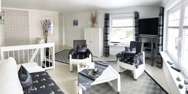 lichtdurchflutetes , helles Wohnzimmer im Weißton,großer Flach-TV in der 1. Etage mit Schlafcouch für  2 Pers., ebenfalls Verdunklungsjalousien vorhanden,