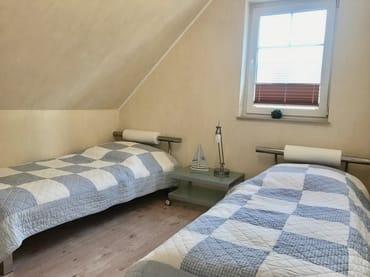 Schlafzimmer mit zwei Einzellbetten