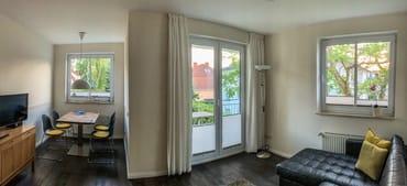 Wohn-/ Essbereich mit Zugang zum nach südwesten ausgerichteten Balkon