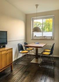 Wohn-/ Essbereich mit Zugang zum sonnigen nach südwesten ausgerichteten Balkon und LCD-TV, CD/DVD Player