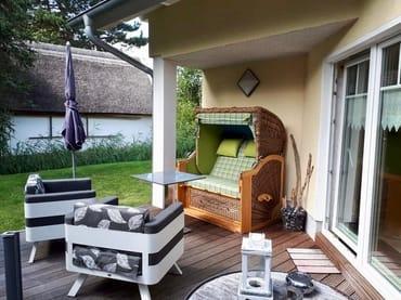 Schöne Terrasse mit Strandkorb und 2 Relaxsesseln