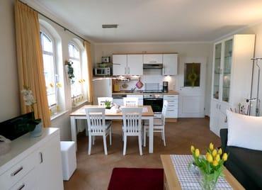 Großzügiger Essbereich mit komplett ausgestatteter Küche