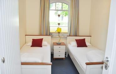 Schlafzimmer mit 2 Einzelbetten und Kleiderschrank