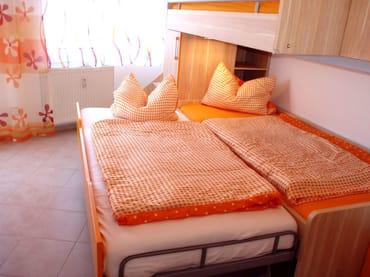 2. Schlafzimmer mit Etagen- Doppelbett