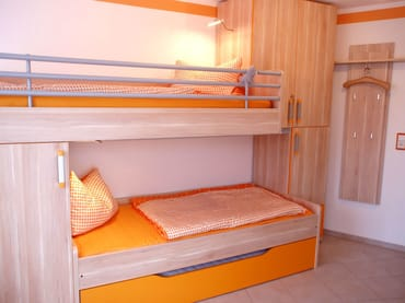 2. Schlafzimmer mit Doppelbett unten