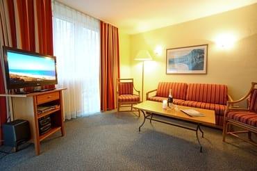 Wohnzimmer mit Schlafcouch (160x200) und Flachbildfernseher