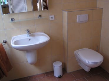Bild 1, Bad im Erdgeschoss mit Fußbodenheizung und Handtuchheizkörper