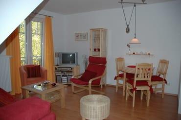 Wohnzimmer mit Essbereich und Küche. Flat-TV, Multimedia-Geräte und Wlan-Zugang