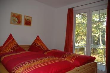 Doppelbett mit hochwertigen Latexmatratzen, 2 große Kleiderschränke stehen Ihnen hier ebenfalls zur Verfügung, Zugang zum gr. Balkon