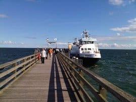 Ob Sie  mit dem Schiff, Zug oder Auto kommen, Sie sind uns immer willkommen ! Die Schönberger Seebrücke mit Ihren vielen attraktiven Veranstaltungen ist nur 5 min. von Ihrer Ferienwohnung entfernt.