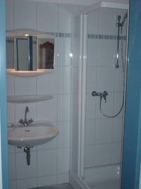 Das Badezimmer haben wir für Sie entkernt und anschließend komplett erneuert.