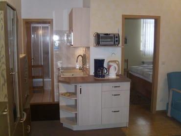 Kochnische mit Blick in das Duschbad und Schlafzimmer