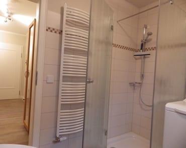 Badezimmer mit Blick in den Flur