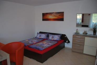 Schlafbereich mit großzügigem Doppelbett