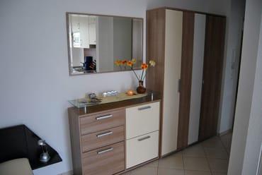 Eingangsbereich mit Spiegel und Flurgarderobe