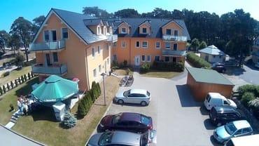 die Hofseite mit den Parkmöglichkeiten direkt am Haus