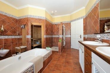 großes Bad mit Badewanne, Dusche & Sauna