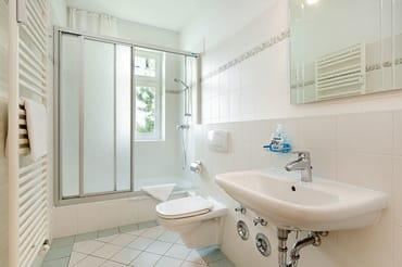 Das große Bad bietet Dusche, WC und Waschbecken.
