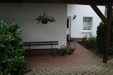 Eingangsbereich mit Sitzflächen