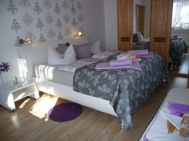 gemütliches Schlafzimmer mit Boxspringmatratze
