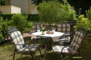 Sitzmöbel auf den dazugehörigen Rasen gestellt