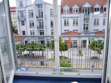 Blick aus dem Wohnzimmer auf die Strandstraße