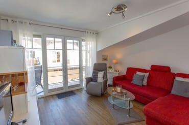Helles, freundliches Wohnzimmer mit Relaxsessel