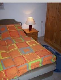 Das Schlafzimmer mit Doppelbett, Zugang zur Dusche und WC