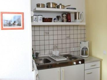 FeWo I - kleine Küchenzeile mit elektrischen Kochplatten, Kühlschrank mit Gefrierfach, Toaster, Wasserkocher und Kaffeemaschine inkl. diversem Geschirr