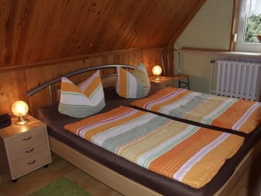 FeWo I Schlafzimmer mit Nachtschränken, Kleiderschrank und HD-TV (Kabel)