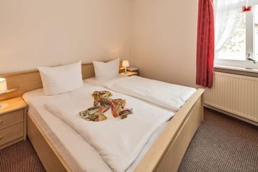 Schlafzimmer mit Doppelbett (Platz für Kinderbett)