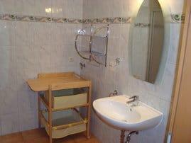 Badezimmer mit Dusche und Wickeltisch
