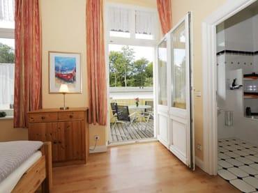 Schlafzimmer mit Zugang zum Südbalkon